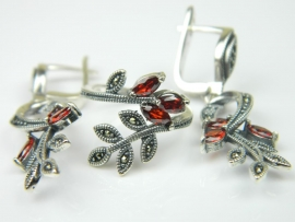 Set bijuterii argint rodiat, aspect aur alb, cercei si inel, rubin si marcasite